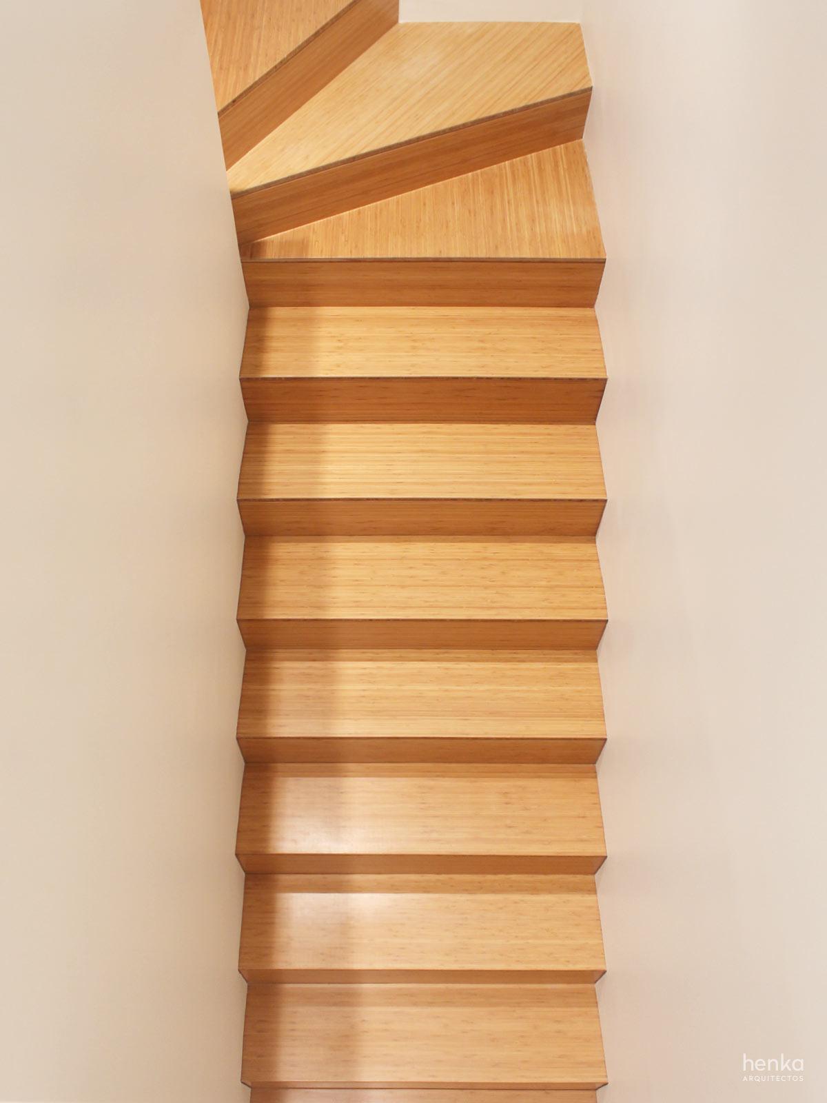 Escalera madera maciza bambú Reforma Adosado Giron Pinilla Zamora HenkaArquitectos