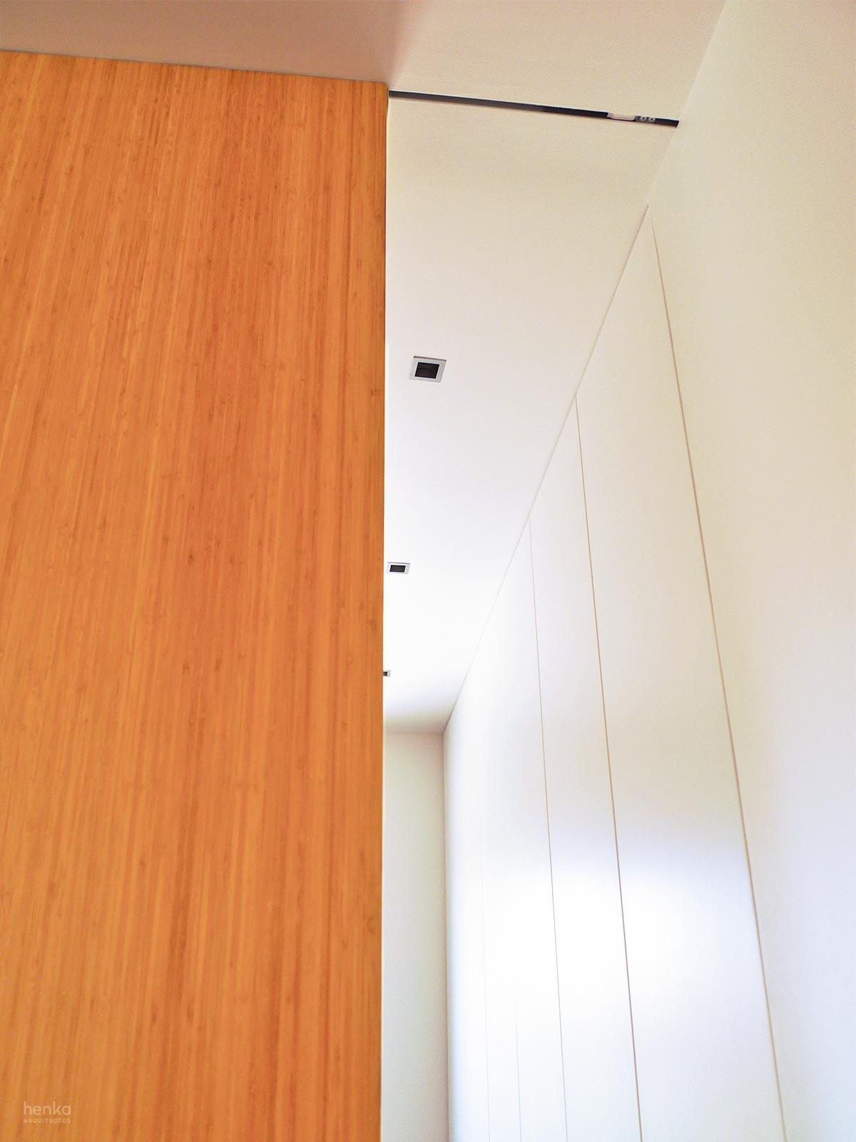 Puerta corredera madera maciza bambú 40 mm Reforma Adosado Giron Pinilla Zamora HenkaArquitectos