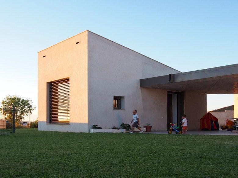 sombreamiento lamas orientables replegables Gradhermetic Casa frente palomar Villalazan Zamora HenkaArquitectos