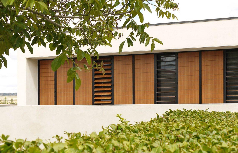 fachada contraventanas lamas orientables sombreamiento casa campo pinar libreros Bamba Zamora Henka Arquitectos