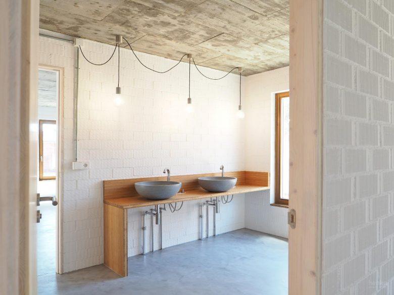 baño familiar lavabos sobre encimera hormigon pulido mano griferia Jacob Delafon madera maciza bambú Casa Pinar Antequera Valladolid Henka Arquitectos