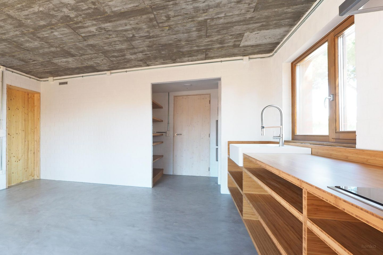 Cocina comedor mobiliario madera maciza bambú Casa Pinar Antequera Valladolid Villeroy & Boch Henka Arquitectos