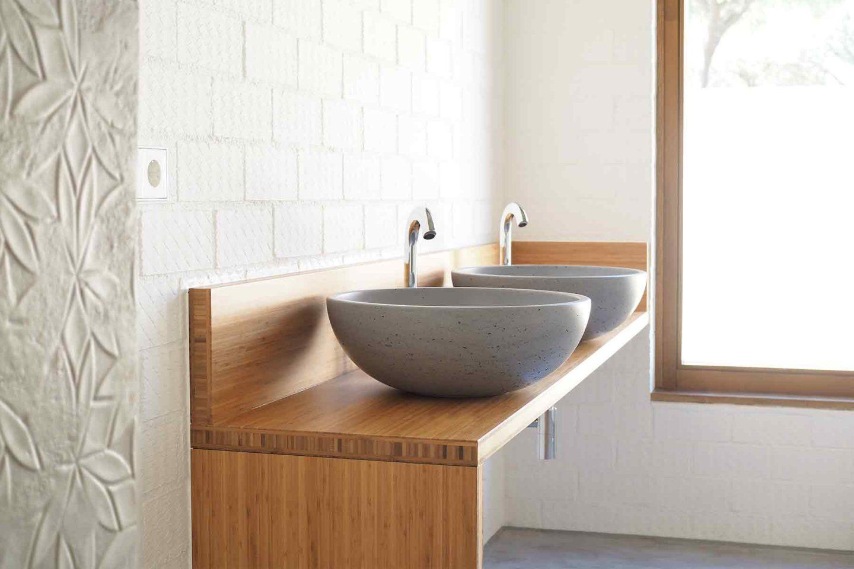 Gravelli lavabos hormigón grifería Jacob Delafon madera bambú Casa Pinar Antequera Valladolid Henka Arquitectos