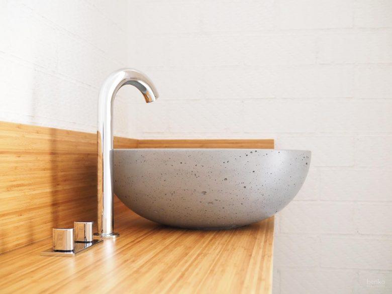 lavabo sobre encimera hormigon pulido mano griferia Jacob Delafon madera maciza bambú Casa Pinar Antequera Valladolid Henka Arquitectos