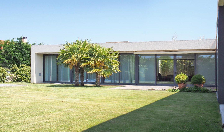arquitectura españa casa Morales del Vino fachada acristalada jardin HenkaArquitectos