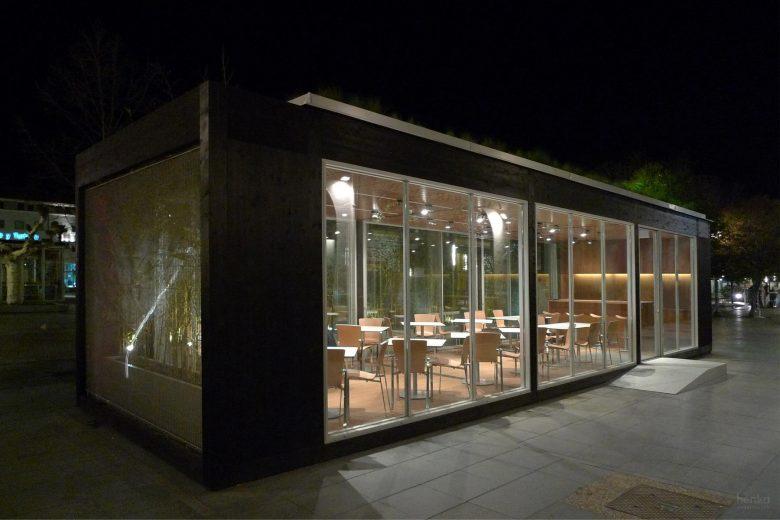 Ecoterraza de noche, fachada calle peatonal HenkaArquitectos