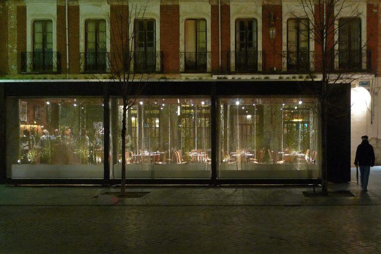 Ecoterraza de noche, fachada calle trafico rodado HenkaArquitectos