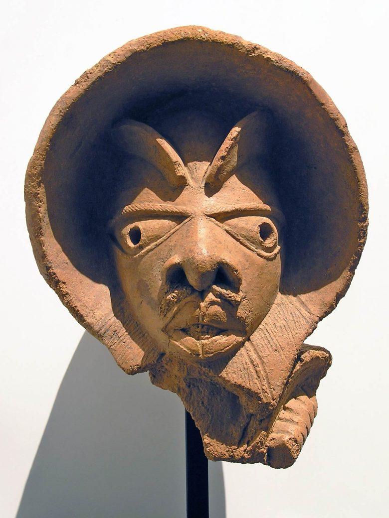 escultura tamaño real cabeza terracota Nok Niger exposición arte africano colaboración Palacio Santa Cruz Valladolid Fundación Alberto Jiménez-Arellano Alonso Henka Arquitectos