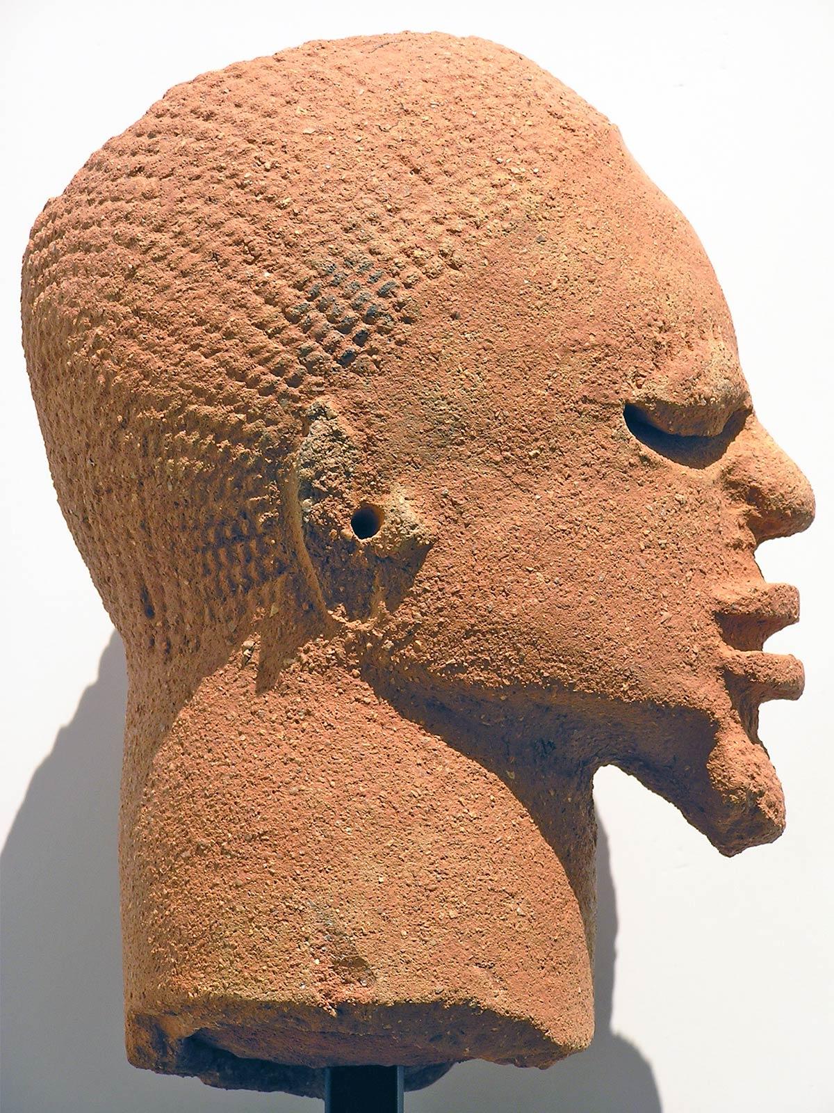 escultura cabeza terracota Nok Niger exposición arte africano colaboración Palacio Santa Cruz Valladolid Fundación Alberto Jiménez-Arellano Alonso Henka Arquitectos