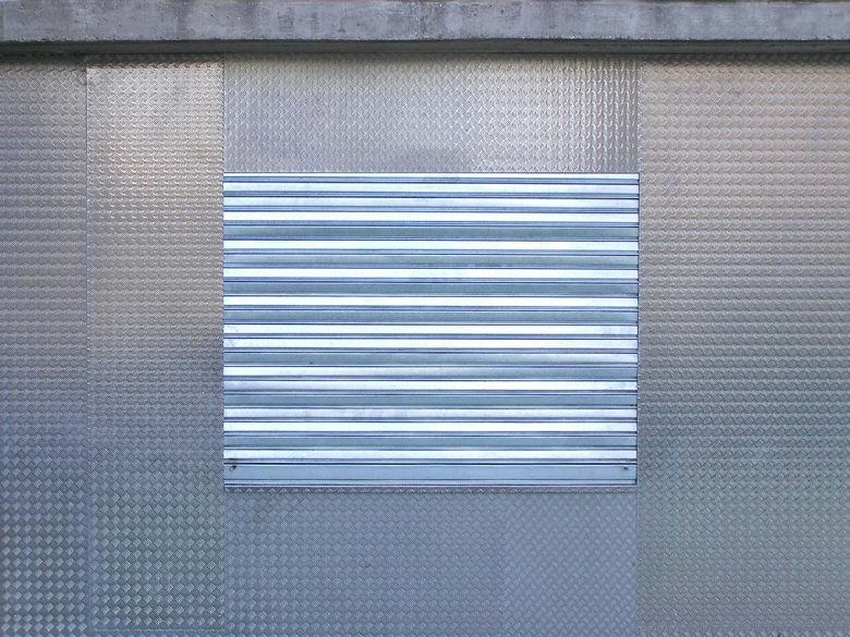 fachada anti vandalismo oficinas Arturo Eyries Valladolid Henka Arquitectos