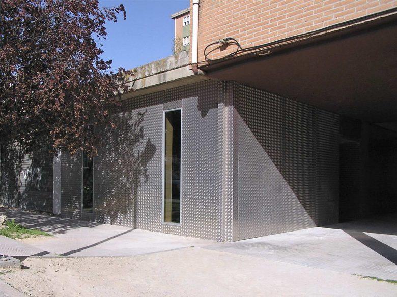 fachada acceso local oficinas Arturo Eyries Valladolid Henka Arquitectos