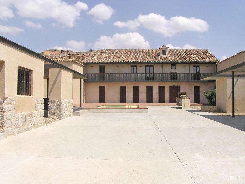 Patio mineral Reforma Ampliación caserio castellano Mucientes Valladolid Henka Arquitectos
