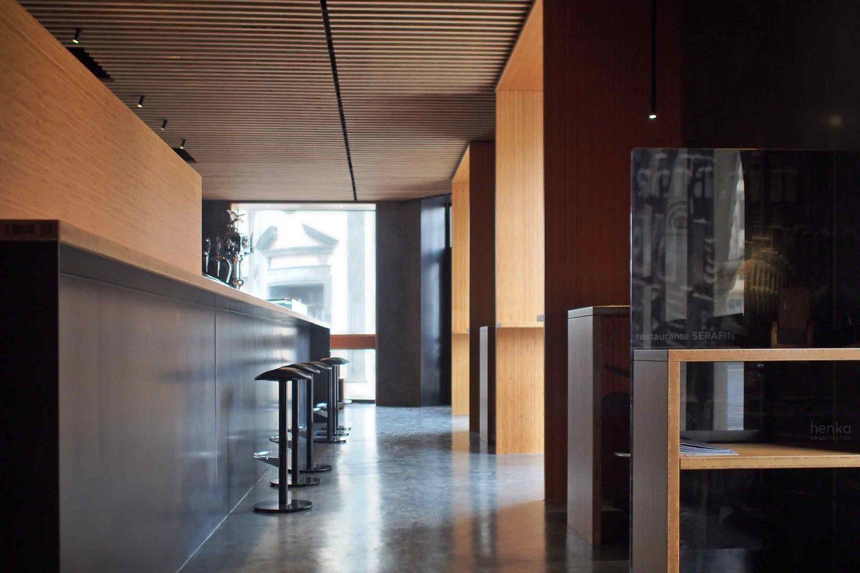 reforma interiorismo iluminación equipamiento mobiliario bambú acero microcemento cafetería Restaurante Serafin Zamora Henka Arquitectos