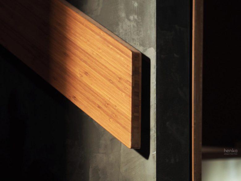 detalle pasamanos madera maciza pared microcemento Restaurante Serafin Zamora Henka Arquitectos