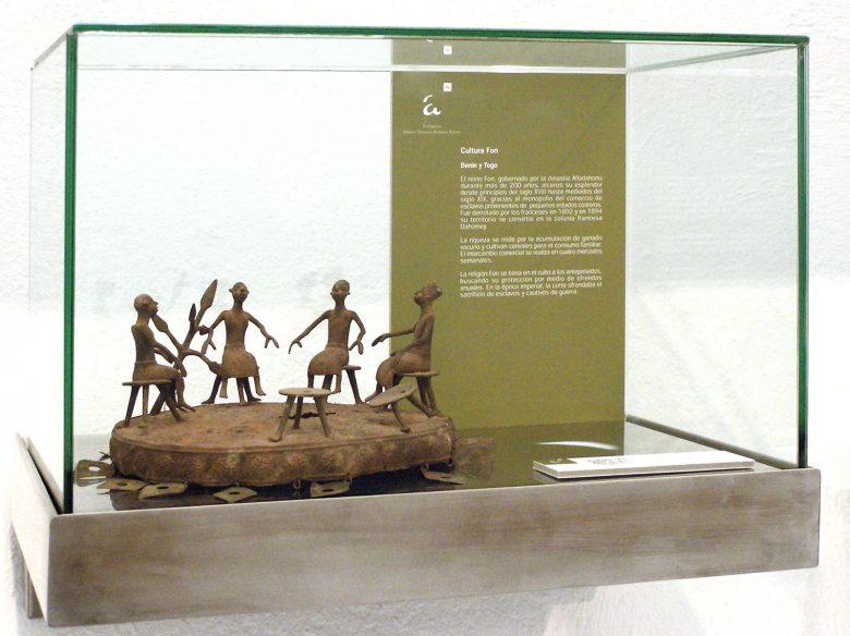 vitrina cultura Fon Benin Togo exposición Africa colaboración muva Valladolid Henka Arquitectos