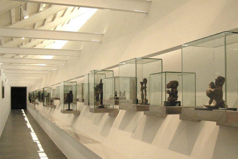 vitrinas exposición piezas arte africano colaboración Palacio Santa Cruz Valladolid Henka Arquitectos